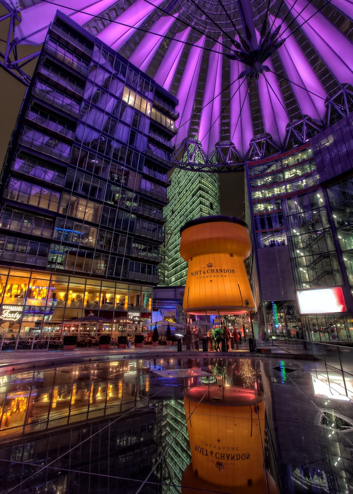 Champagnebar in het Sony Center in Berlijn, Duitsland. De bar werd geopend voor het Berlinale Filmfestival.