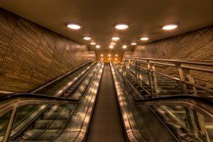 """Nieuw metrostation """"Brandenburger Tor"""" in Berlijn. De ingang van het station en de roltrap."""