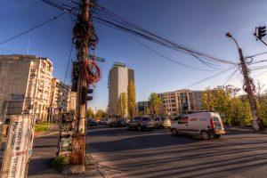 Kabels in Boekarest, Roemenië. Dagelijks straatbeeld in Boekarest