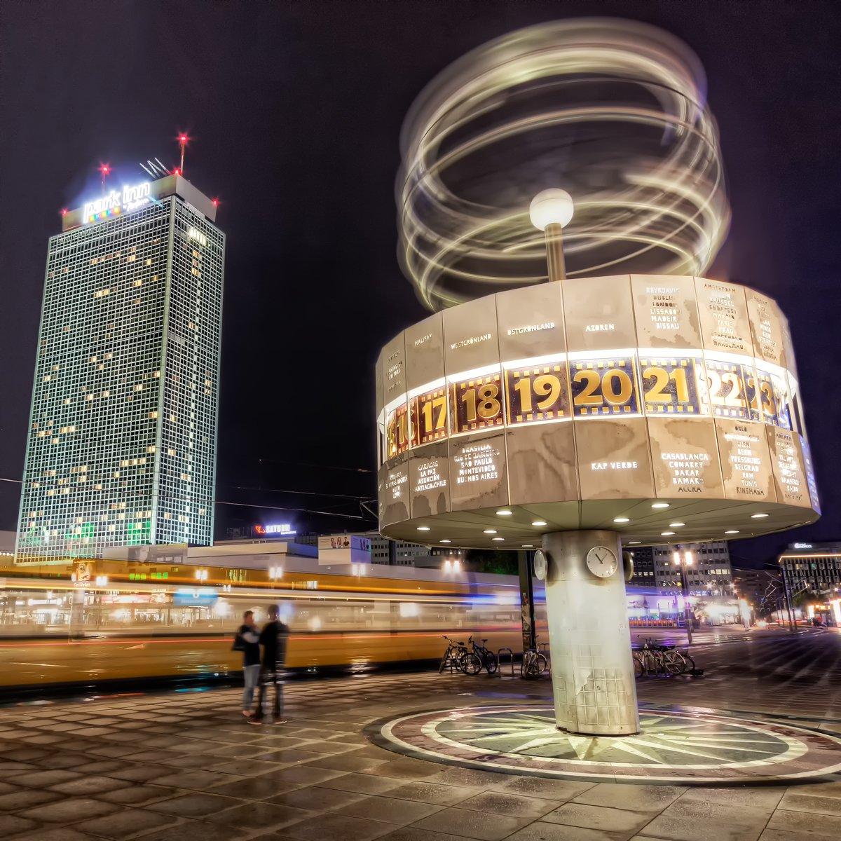 Weltzeituhr in Berlin auf dem Alexanderplatz bei Nacht