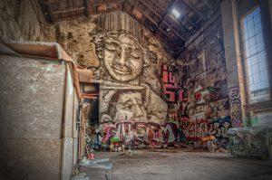Sloppenwijken in Berlijn, Duitsland. Zigeuners die in een oude ijsfabriek wonen.
