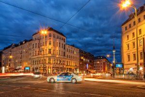 Rosenthaler Platz in Berlijn met een taxi in het midden en de TV-toren op de achtergrond.