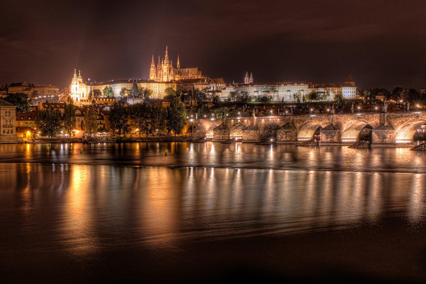 Die Burg in Prag bei Nacht. Das tschechische Wahrzeichen, der Hradschin, hell erleuchtet.