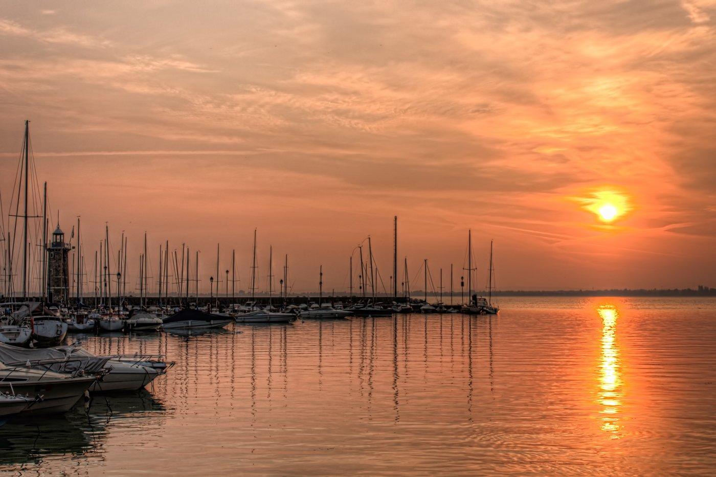 Haven van Desenzano del Garda. HDR-foto van de zonsopgang aan het Gardameer in Italië