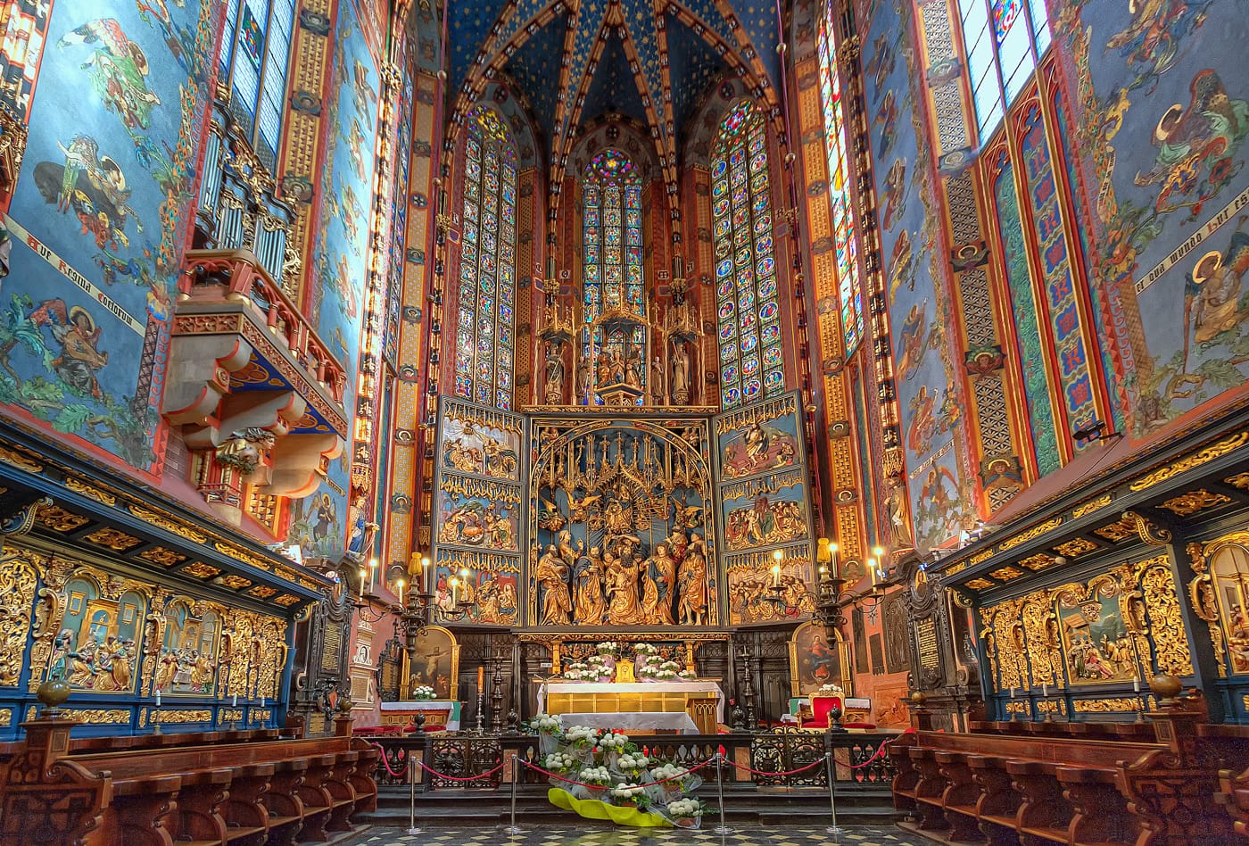 Altaarstuk van Veit Stoss in de St. Mary's Basiliek in Krakau. HDR-foto in de kerk