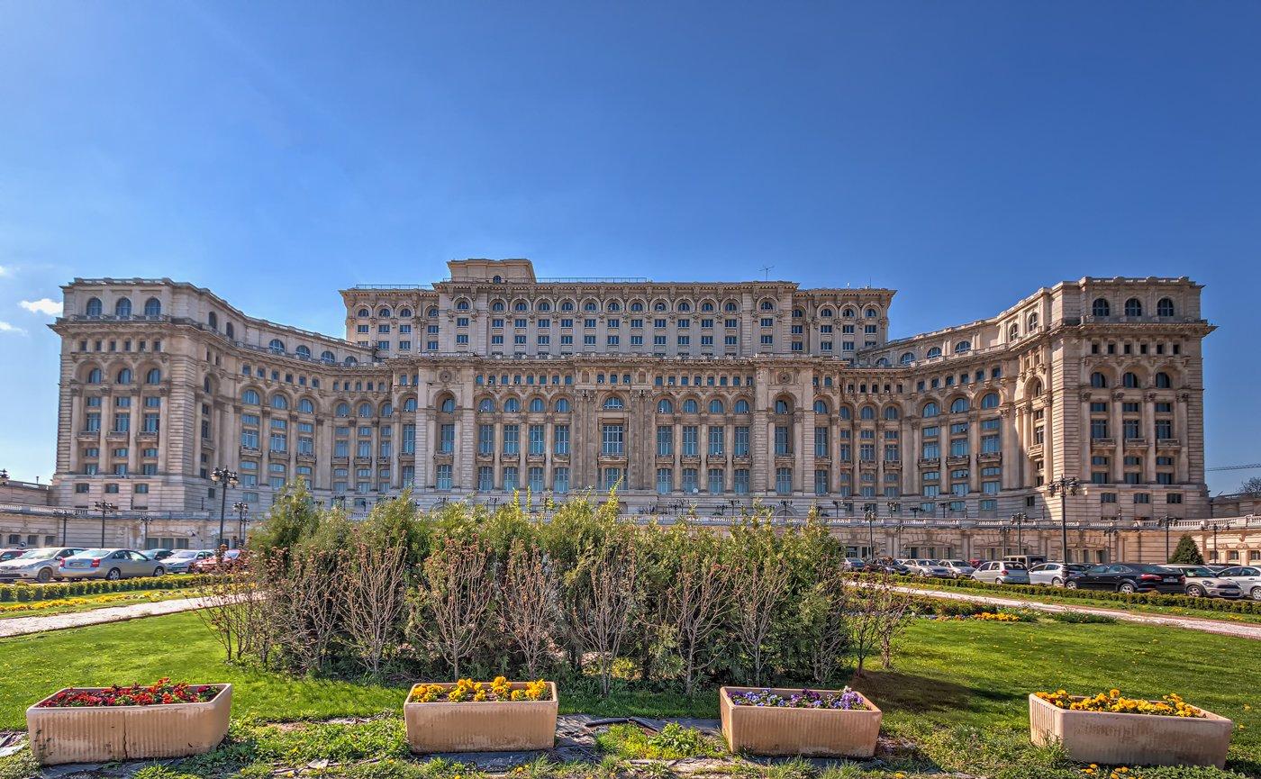 Het Parlementspaleis in Boekarest in het zonlicht. HDR-foto uit Roemenië.
