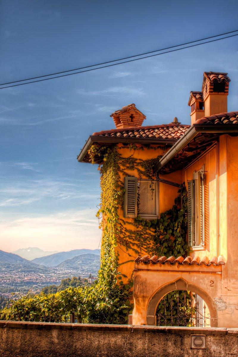 Klassiek voorbeeld van Italiaanse architectuur. Dit huis staat op de top van Bergamo met uitzicht over het dal en de Alpen.