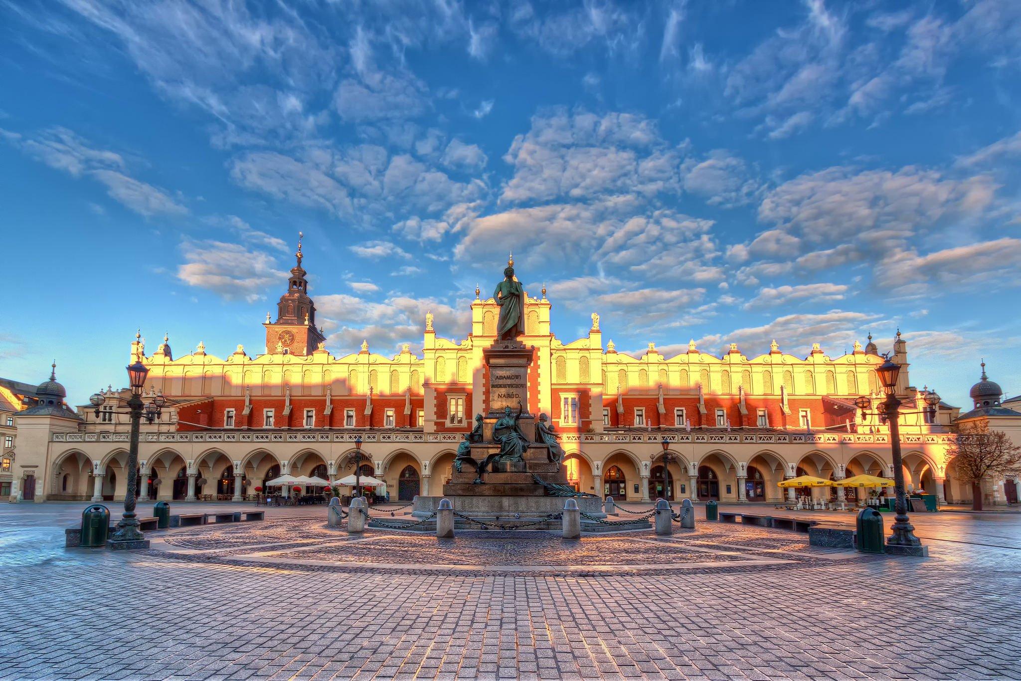 Het hoofdplein van Krakau (Rynek Główny). HDR-foto van Sukiennice en het Adam Mickiewicz-monument