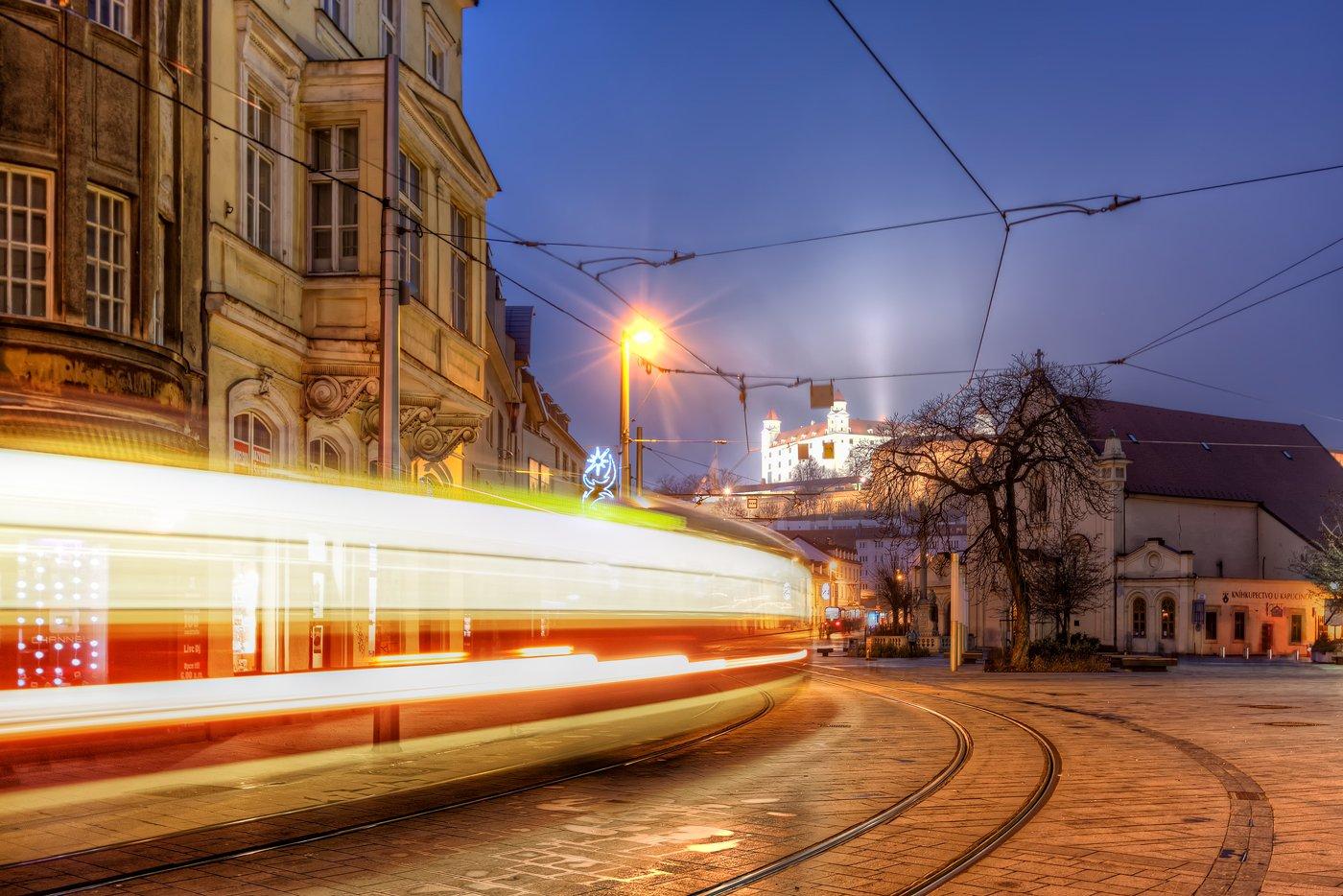 Straßenbahn am Hurbanplatz in der Altstadt Bratislavas. Im Hintergrund die Burg und Kapuzinerkirche