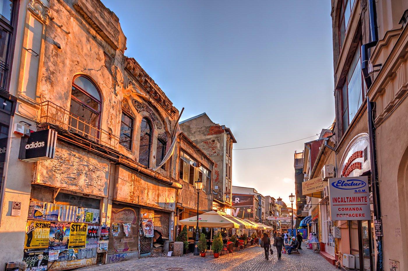 De oude stad van Boekarest zit vol met contrasten. Ruïnes en armoede in de Roemeense hoofdstad vlak naast hotels en luxe.