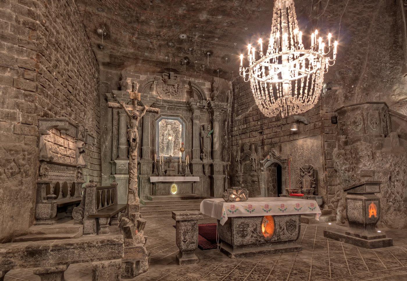 Altaar in de St. Kinga's Kapel in de Wieliczka Zoutmijn in Polen