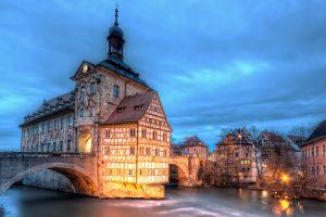 Bamberg Oud stadhuis met diepblauwe hemel