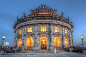 Bode Museum in Berlijn met verlichting aan