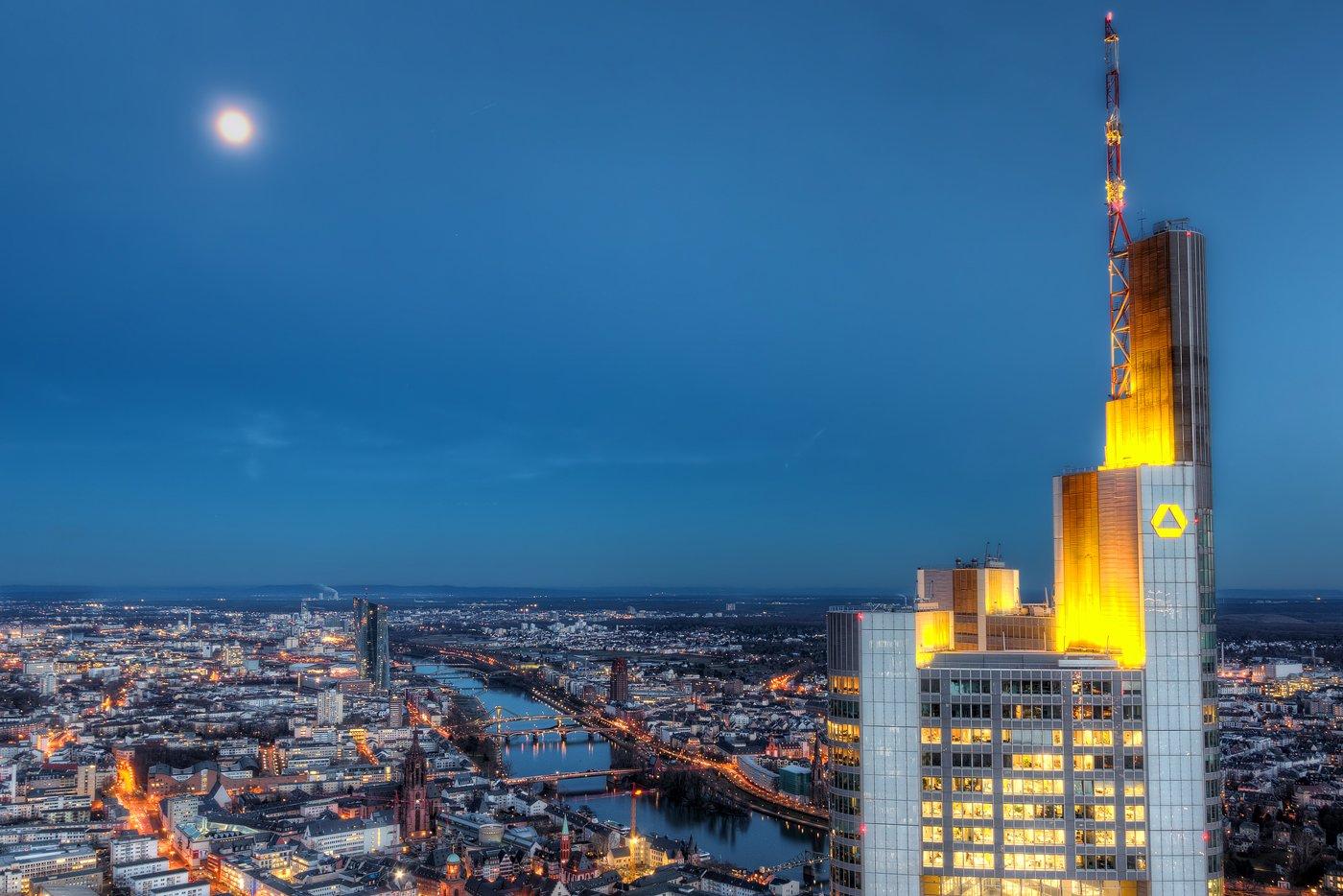 Commerzbanktoren in Frankfurt bij volle maan