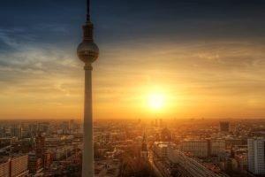 Berlijnse skyline en televisietoren bij zonsondergang