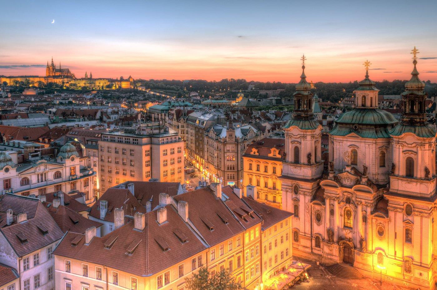 Praagse Koninklijke manier met de oude stad en het kasteel
