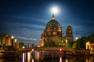 Berlijnse kathedraal in de nacht onder het maanlicht