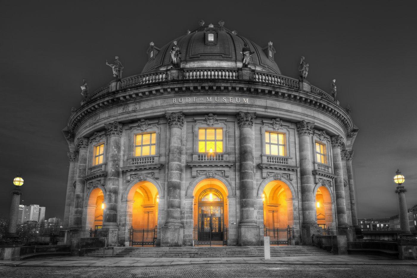 Bode-Museum in Berlin in Schwarz-Weiß mit Farbe