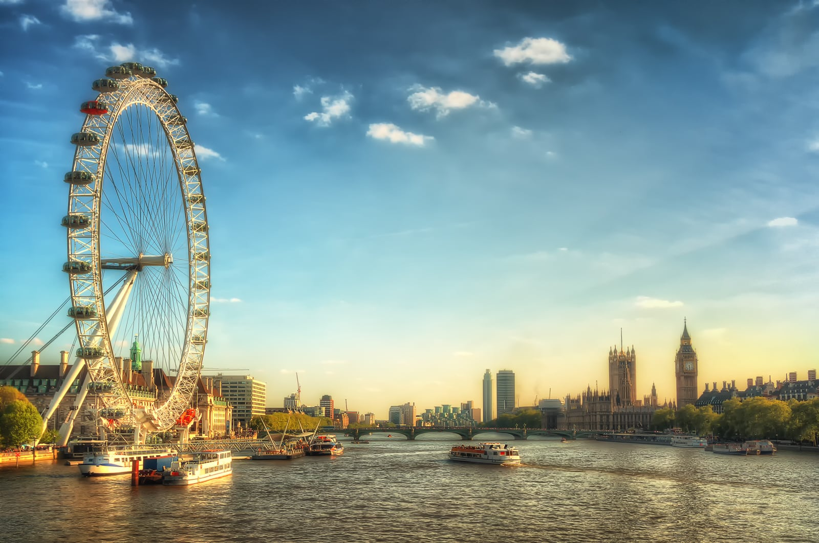 Uitzicht over London Eye, Thames River en Westminster bij zonsondergang