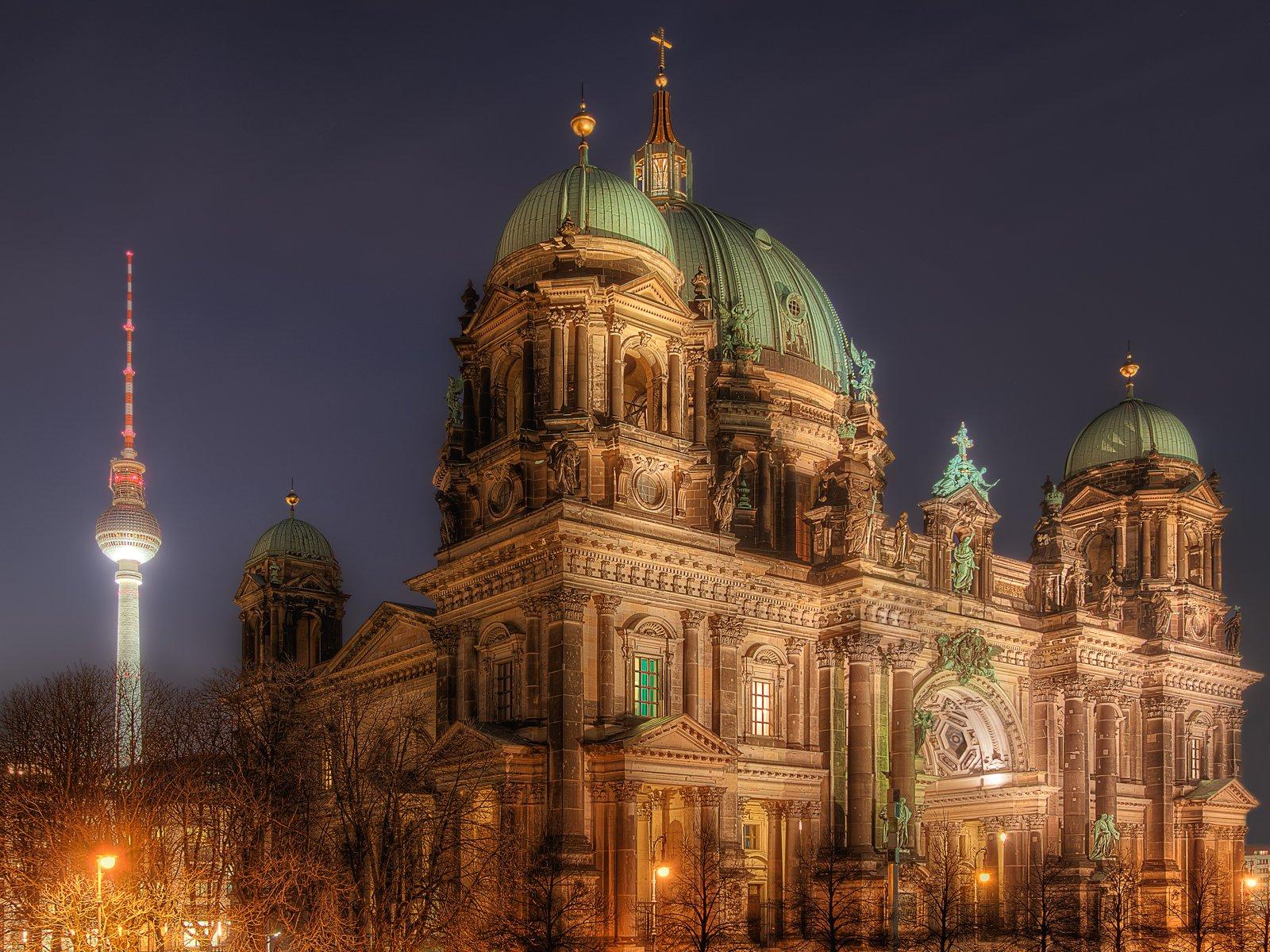Berliner Dom und Fernsehturm am Alexanderplatz bei Nacht