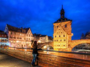 Uitzicht op het Bambergse oude stadhuis (Bamberger Rathaus) in Franken bij nacht