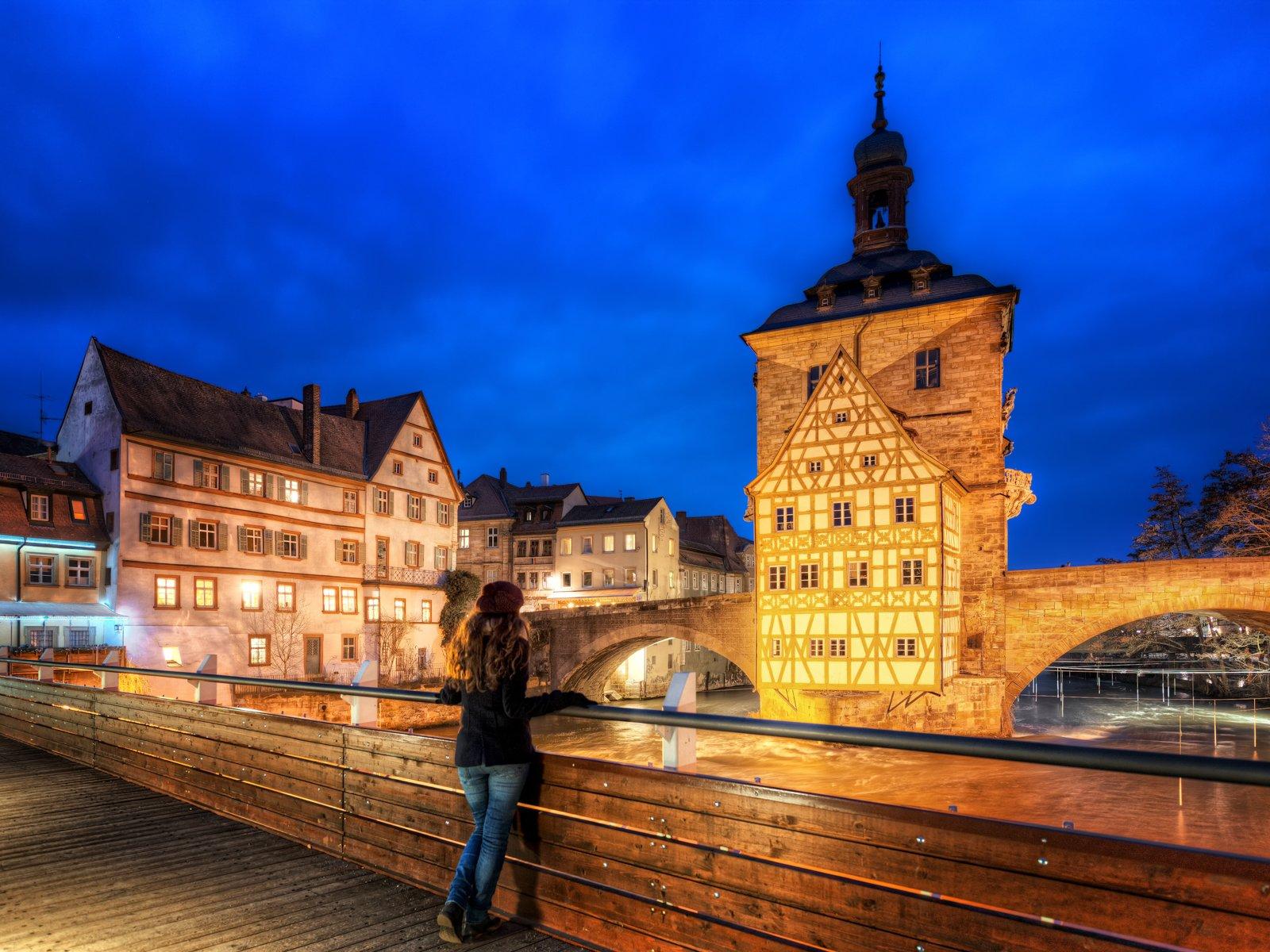 Blick auf das Bamberger Rathaus in Franken bei Nacht
