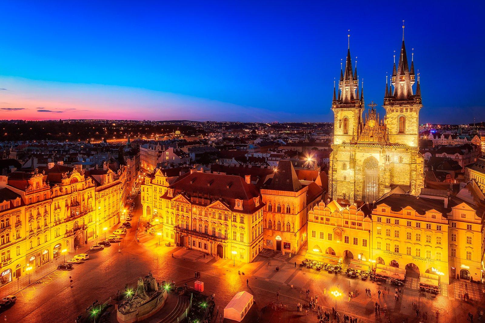 Het oude stadsplein met de Onze-Lieve-Vrouwekerk voor Tyn in Praag, Tsjechië, 's nachts.