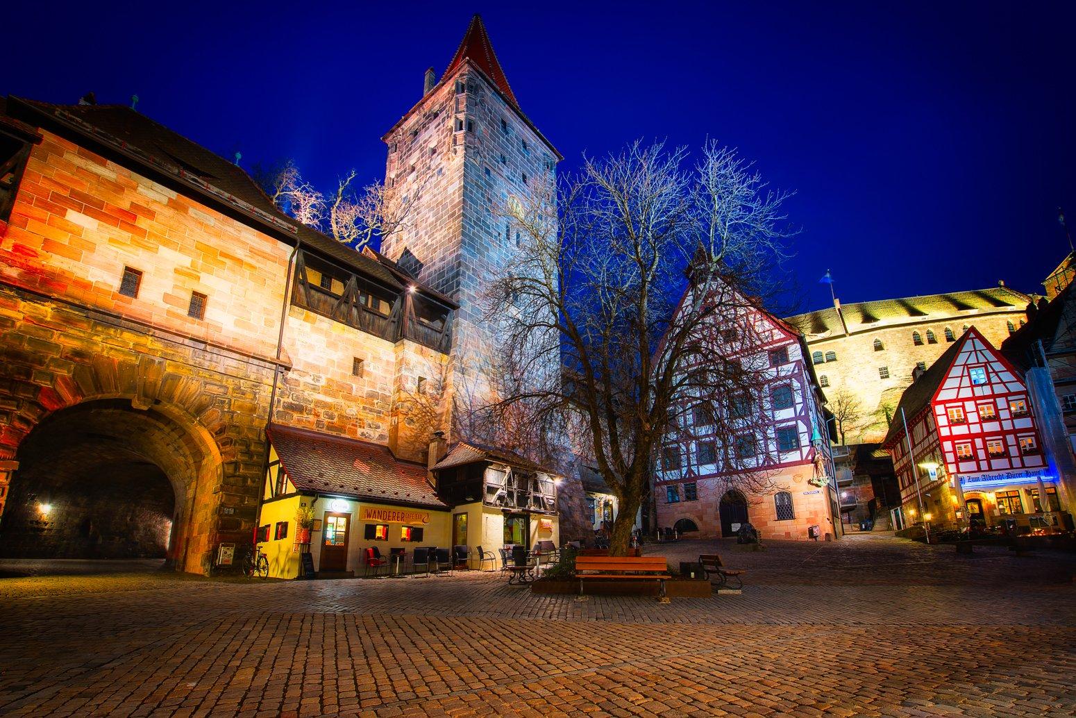 Oude stad van Neurenberg, Duitsland met Neurenbergse burcht bij nacht