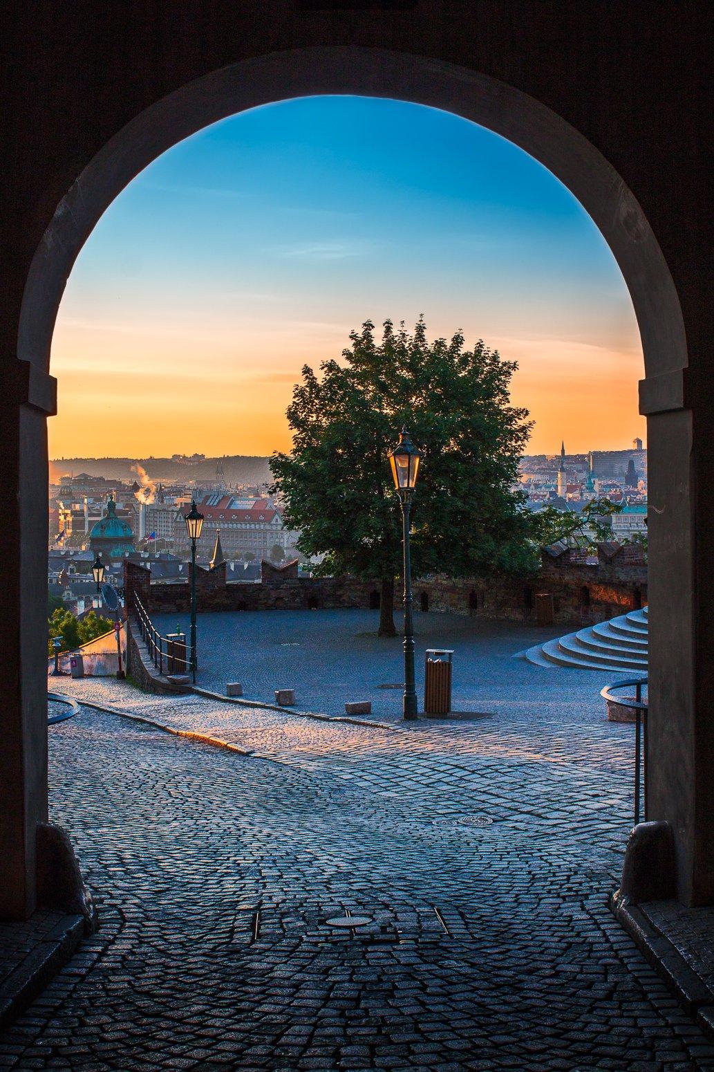 Uitzicht vanaf de Praagse Kasteelpoort, Tsjechië bij zonsopgang in de vroege ochtenduren