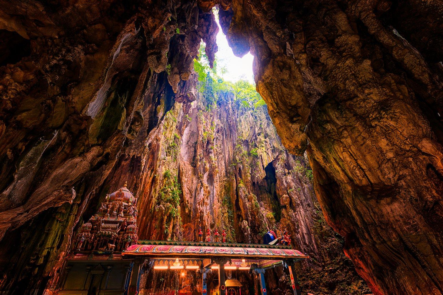 Batu Cave nahe Kuala Lumpur, Malaysia mit Hindu-Tempel in der Morgensonne.