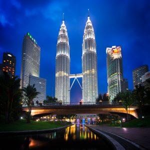 Petronas Towers z KLCC Park w Kuala Lumpur w Malezji nocą.