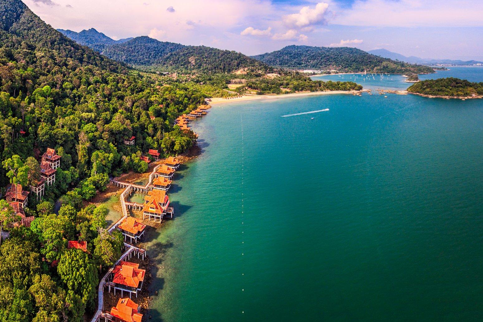 Luchtfoto van het strand van Langkawi, Maleisië met Berjaya Langkawi Resort