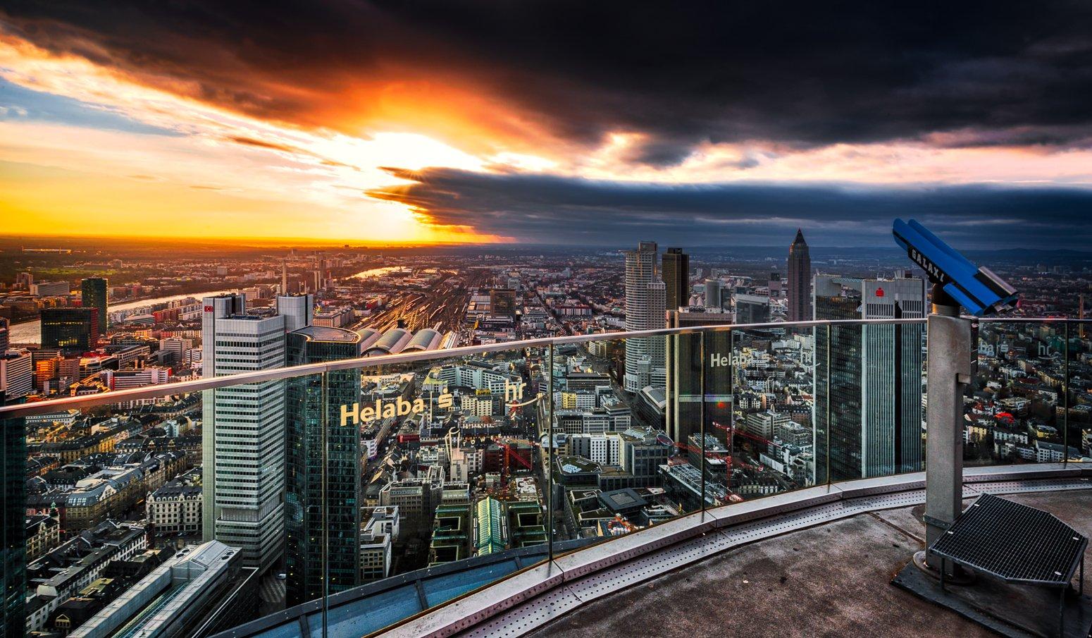 Stormachtige lucht boven Frankfurt am Main, Duitsland vanaf de Main Tower.
