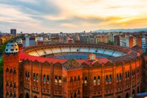 """Arena walk byków """"La Monumental"""" w Barcelonie, Hiszpania widziana z góry z otaczającymi domami dzielnicy Eixample"""