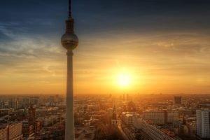 Berlin Skyline und Fernsehturm bei Sonnenuntergang