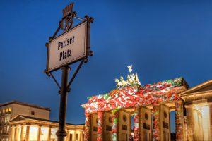 Brandenburger Tor mit Rosen beim Festival of Lights in Berlin