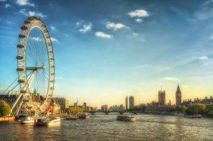 Blick über London Eye, Themse und Westminster bei Sonnenuntergang