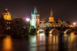 Karlsbrücke mit Turm in Prag