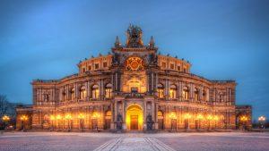 Semperoper Opernhaus in Dresden bei Nacht