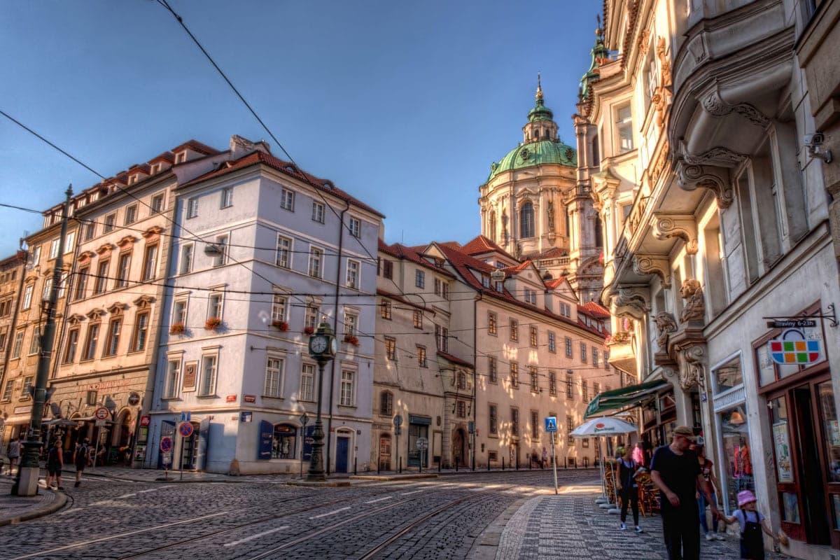 St.-Nikolaus-Kirche in Prag. Foto im Sonnenschein von der Karmelitská Straße