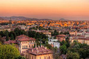 Bergamos Unterstadt-Skyline bei Sonnenuntergang