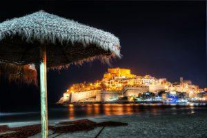 Peñiscola Burg bei Nacht, aufgenommen vom Strand der spanischen Küste