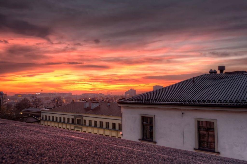 Sonnenaufgang über den Dächern des jüdischen Viertels Kazimierz in Krakau, Polen