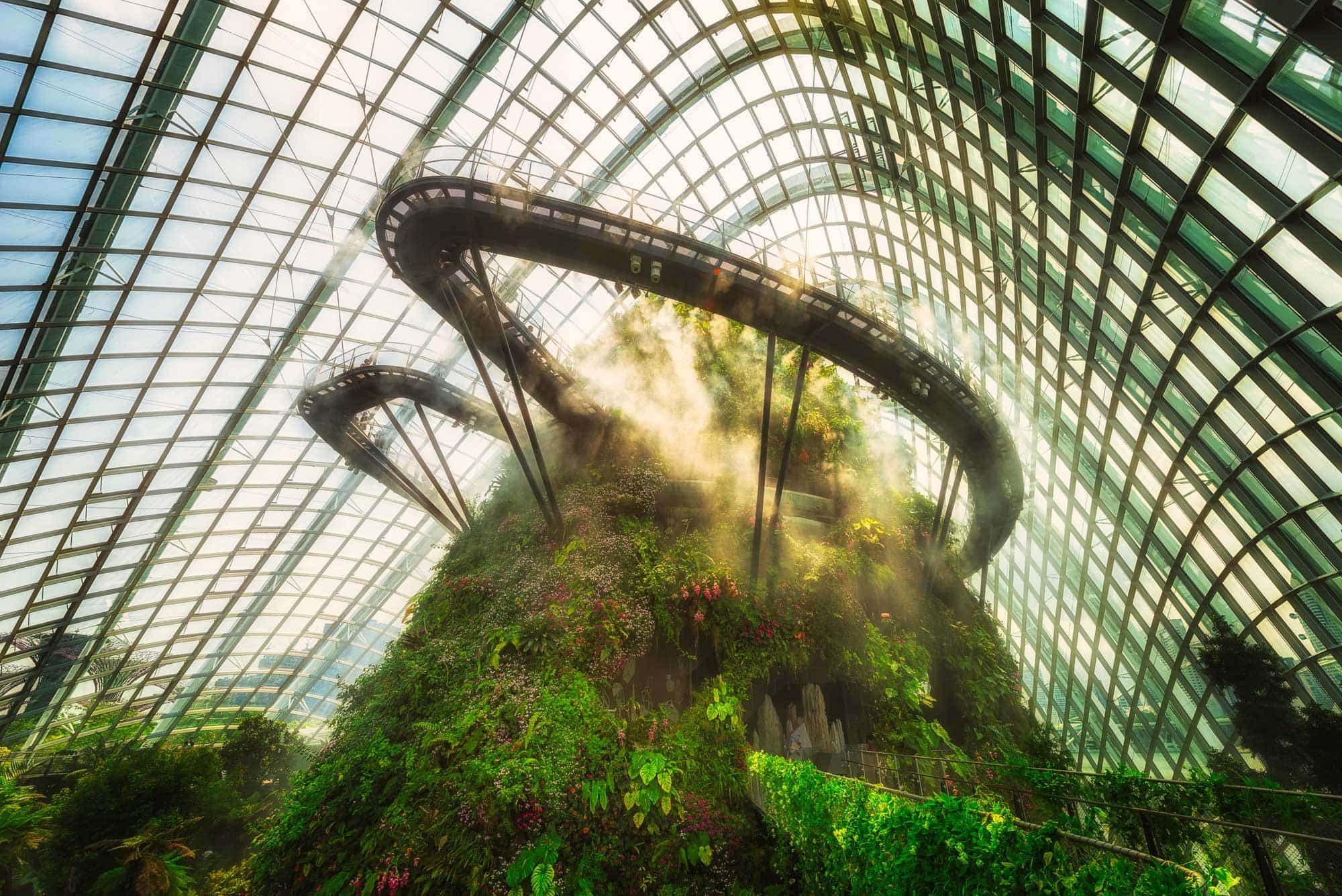 Cloud Forest in Marina Bay, Singapur mit Sonnenlicht in den Wolken