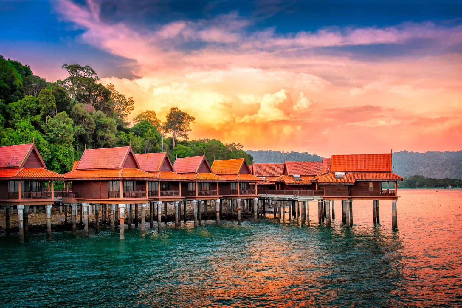 Wasserbungalows auf Langkawi, Malaysia. Berjaya Langkawi Resort unter dramatischem Himmel.
