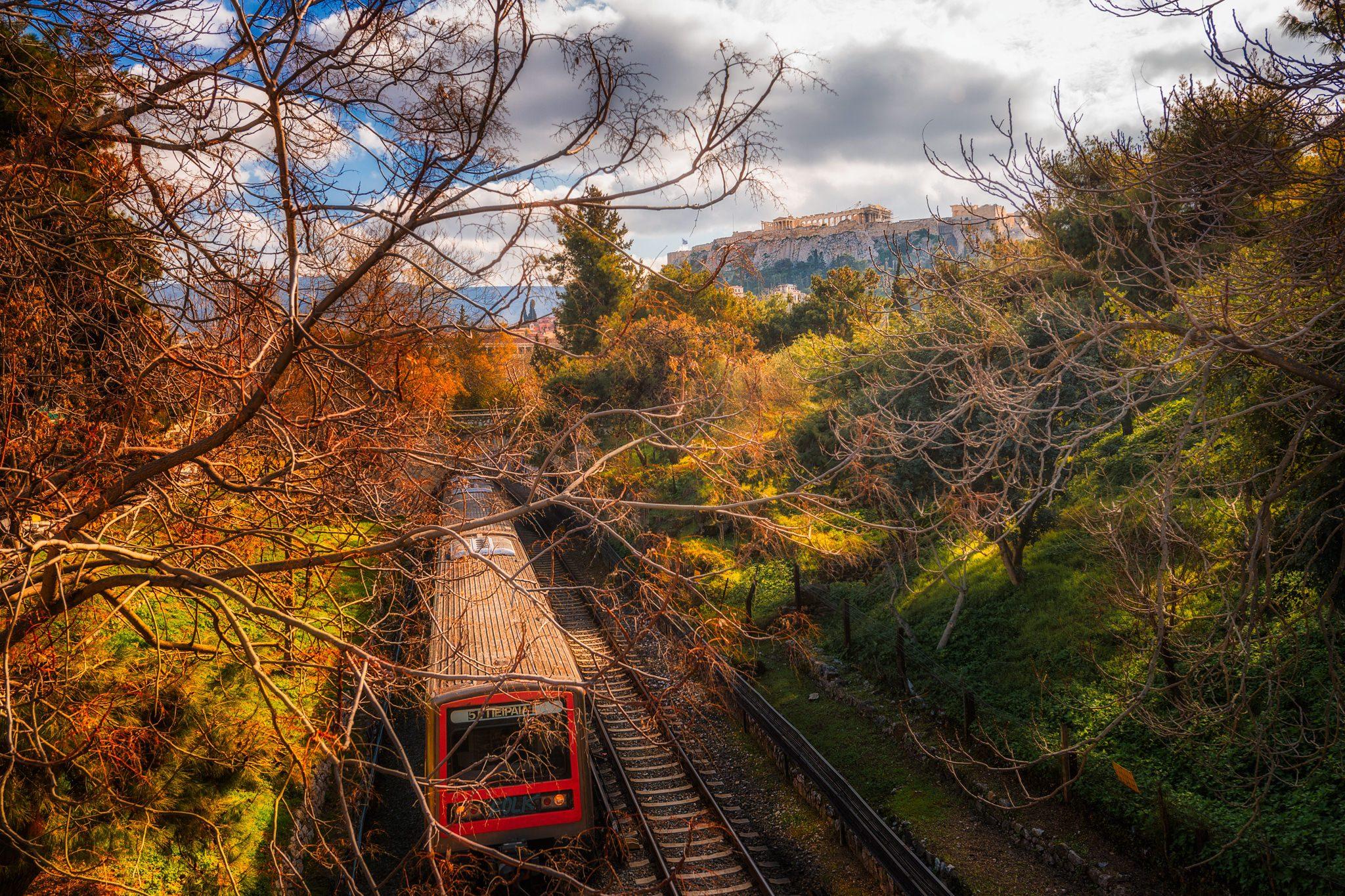 Ein Foto der modernen Athener Metro, wie sie durch den Archäologischen Park der Stadt fährt