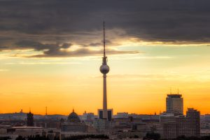 Panoramafoto van het centrum van Berlijn met focus op de TV-toren. Andere belangrijke bezienswaardigheden zijn hier ook zichtbaar zoals het stadhuis en het Park Inn Hotel.
