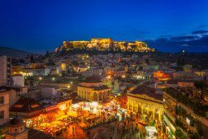 Een prachtige foto die het levendige Monastiraki-plein in Athene 's nachts laat zien.