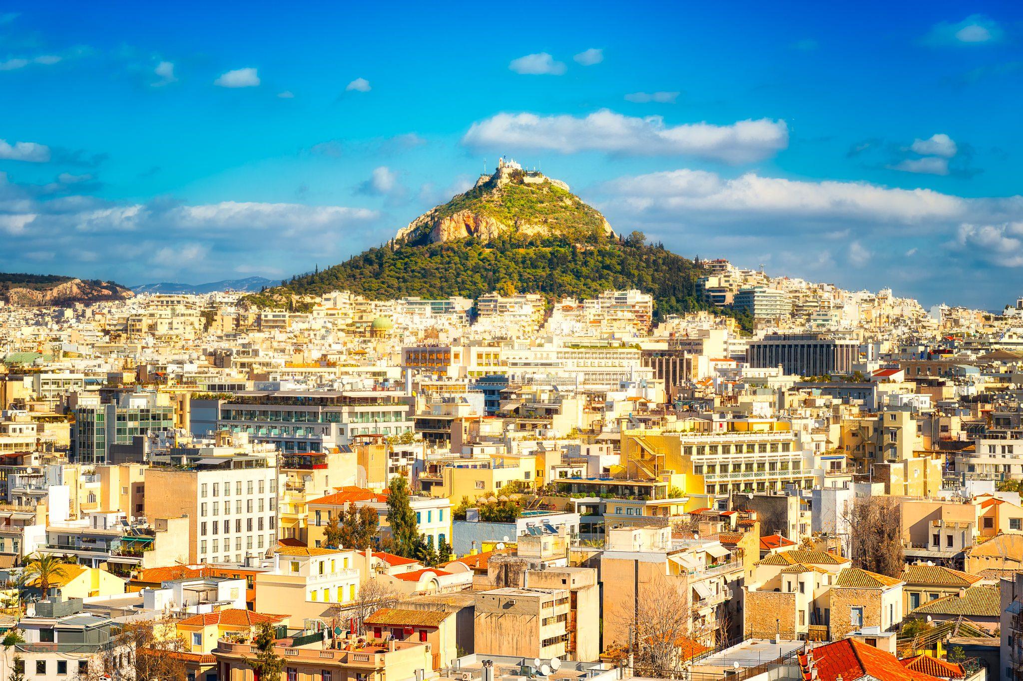 Panoramablick an einem sonnigen Tag auf den Berg Lykabettus, der im Zentrum von Athen liegt.