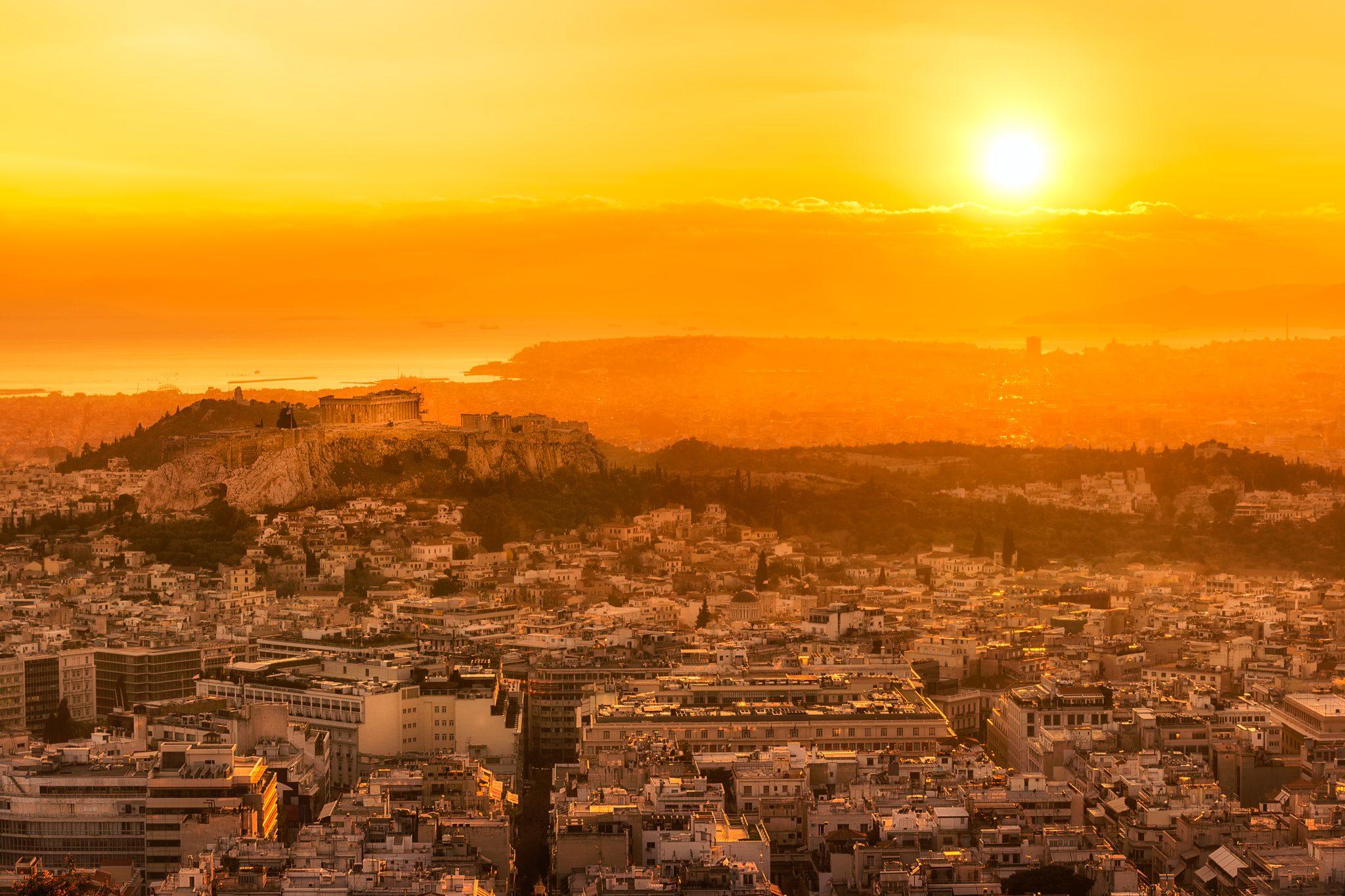 Ein romantischer Sonnenuntergang, mit der Kamera vom Lykabettus Hügel aus in Athen, Griechenland eingefangen.